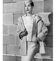 优雅女郎身着大气时尚的Givenchy纪梵希灯芯绒外套