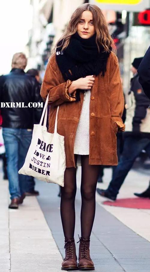 适合秋天的棕色灯芯绒大衣