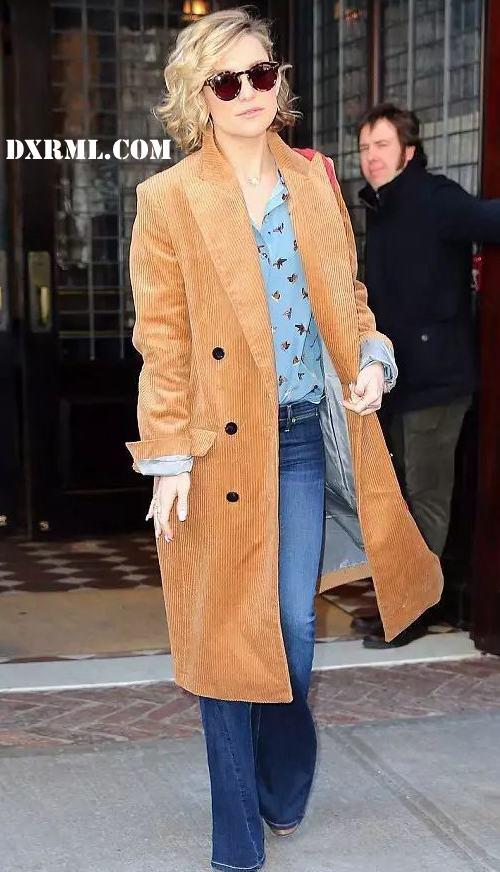 卡其色的灯芯绒大衣巧搭浅蓝色雪纺衬衫