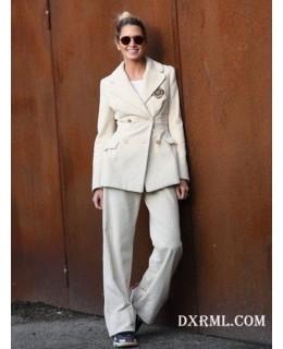 时尚博主Helena Bordon白色灯芯绒西服套装演绎百搭清爽范儿
