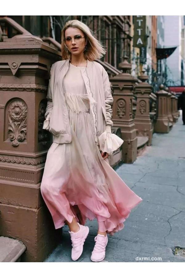 白色外套加上莫兰迪色系的粉,时髦与优雅兼得