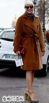内搭一件衬衣十分凸显活力,最简单的穿搭就能使你元气满满,搭配帆布鞋和浅口皮鞋都合适。 NO.6——大衣 一件长大衣解决一切 灯芯绒风衣的柔软温暖感可以百搭一切内衬,穿挺括的衣服外套灯芯绒风衣能增添女人味,无论何时都轻松营造舒适感,当然选择裙装也可以,大衣会带来自然的优雅韵味。