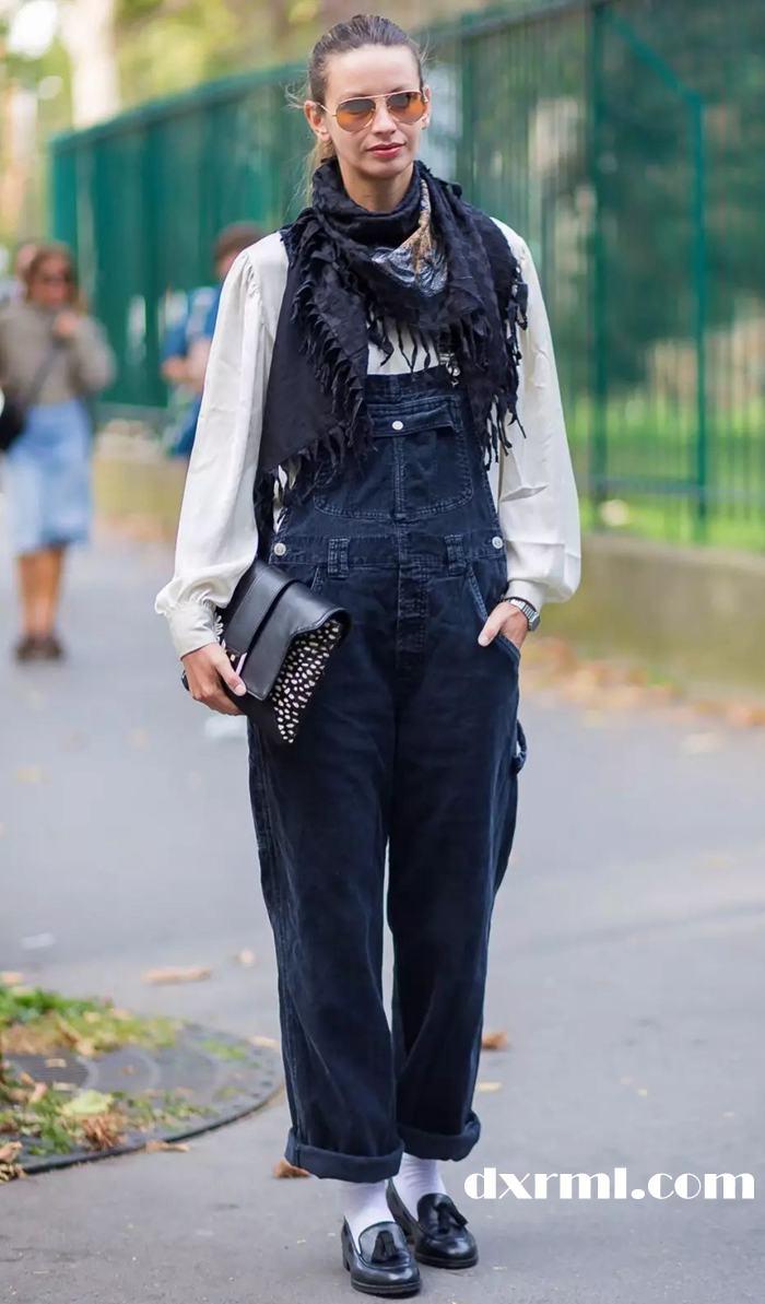 时髦的灯芯绒单品—灯芯绒背带裤