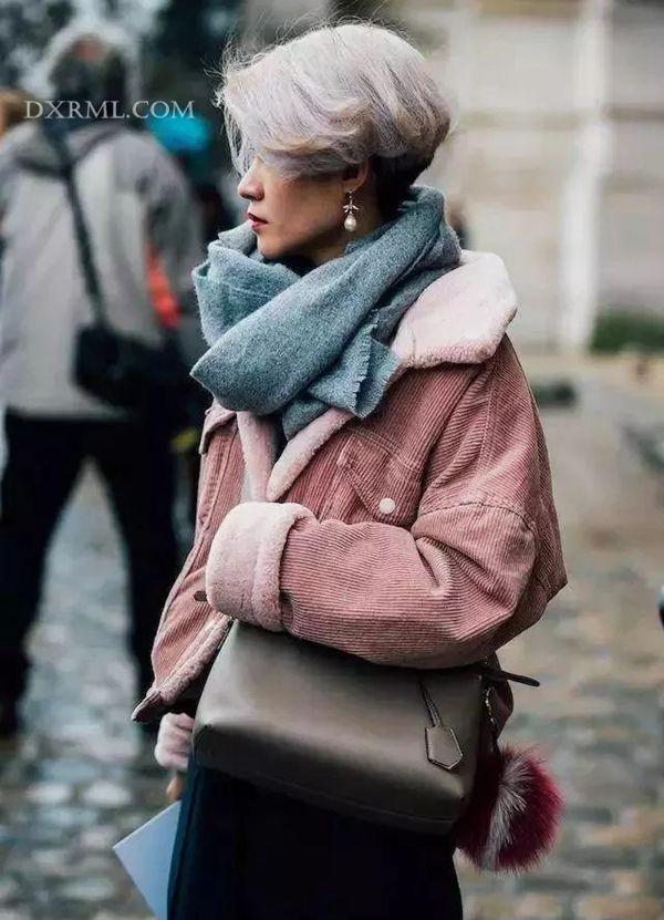 烟灰粉和桔红色系灯芯绒外套