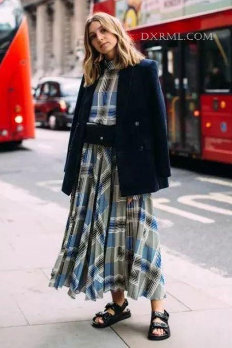 灯芯绒外套和裙子的混搭