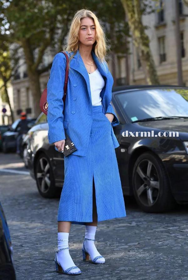 蓝色的灯芯绒套装