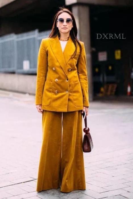 黄色的灯芯绒套装