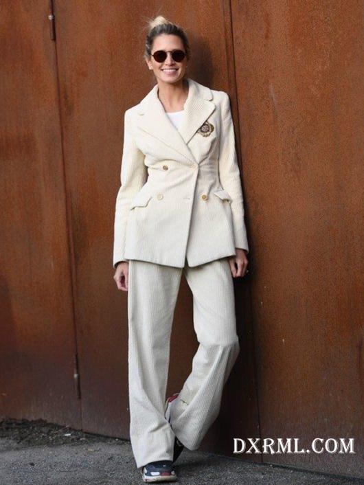 时尚博主Helena Bordon白色灯芯绒西服套装