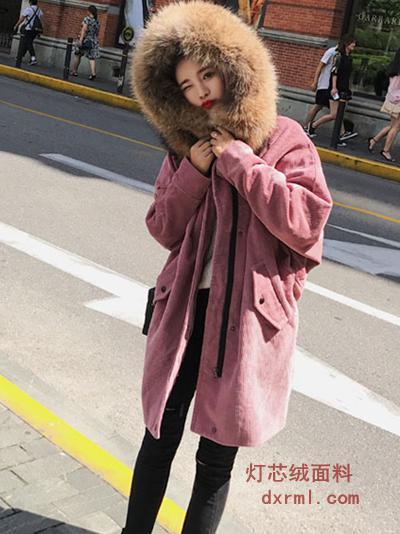 可爱粉色灯芯绒大衣