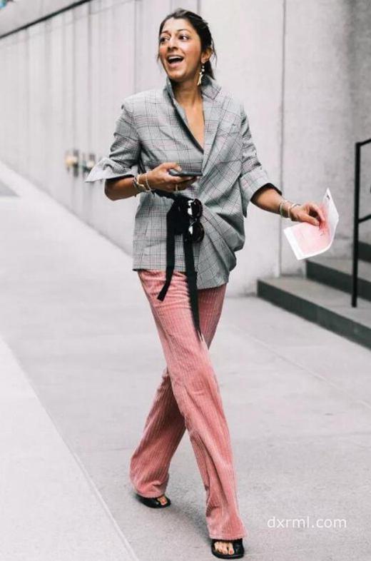 粉色条绒裤子搭配上大v领格纹衬衫