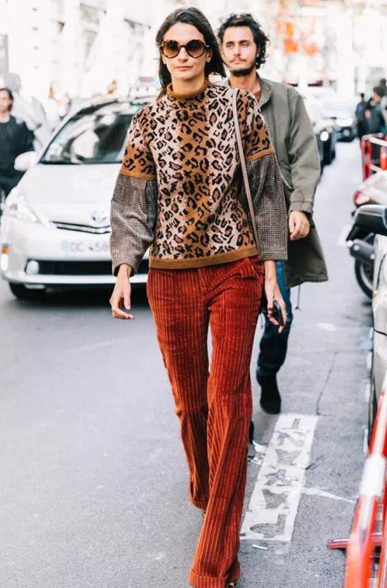 灯芯绒裤子搭配豹纹圆领上衣