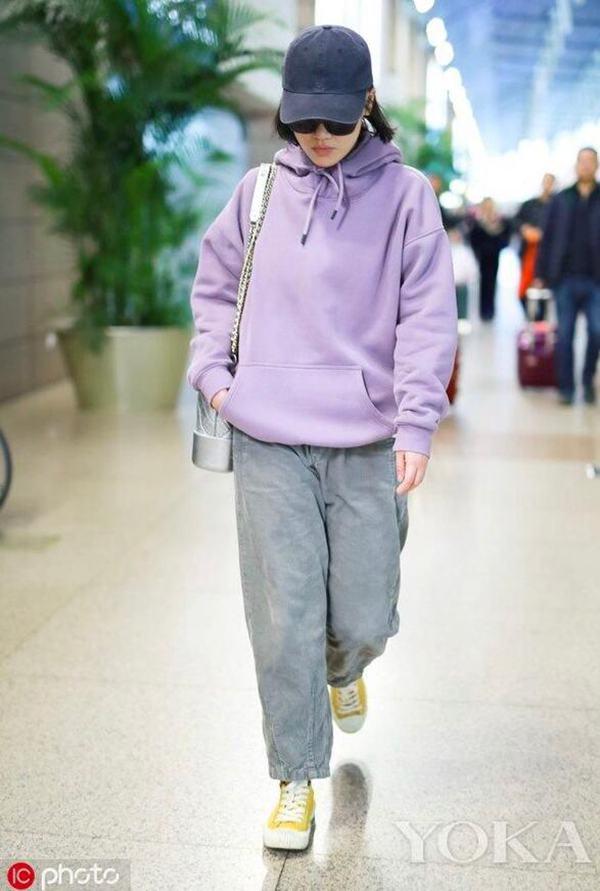 马思纯的oversized紫色灯芯绒卫衣