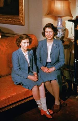 伊丽莎白公主和玛格丽特公主,摄于白金汉宫
